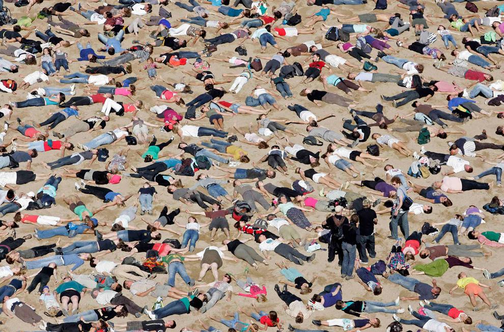 7. Около 10 000 человек принимают участие в съемках видеоклипа «The Big Ask Again» на пляже в Остенде 29 августа 2009 года. Клип бельгийского режиссера Ника Бальтазара направленный на проблему изменения климата снимался перед предстоящим саммитом в Копенгагене. (REUTERS/Sebastien Pirlet)