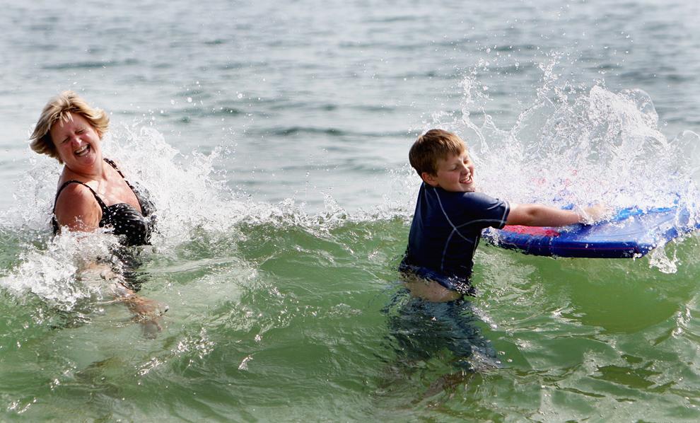 10. Джоан Смит и ее 11-летний сын Кристофер плещутся в необычно теплых водах Новой Англии на пляже Салисбери в Массачусетсе 3 сентября 2009 года. (Globe Staff/Wendy Maeda)