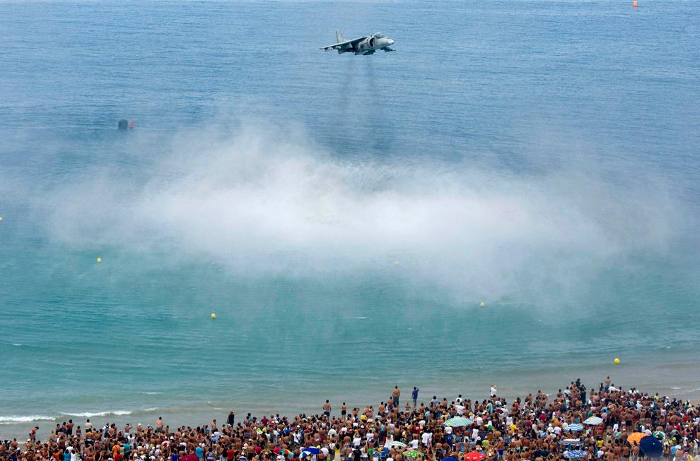 14. Самолет «Harrier» Испанских ВВС во время авиасалона на пляже Плайа де ла Виктория в Кадисе, южная Испания, 13 сентября 2009 года. (AP Photo/Miguel Gomez)