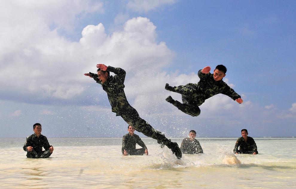 21. Солдаты во время тренировки на пляже на островах Сиша, провинция Хайнань, 26 августа 2009 года. (REUTERS/China Daily)