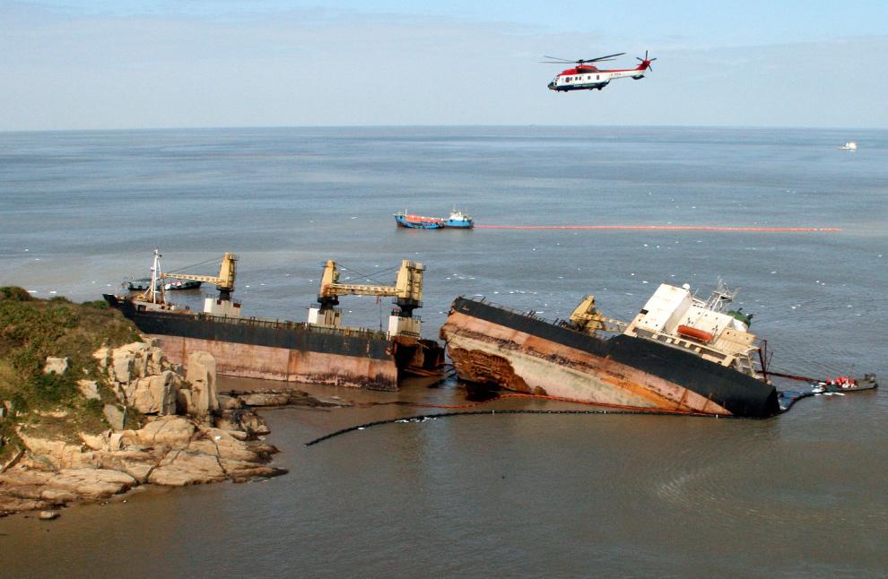29. Иранское контейнерное судно «Зурик», треснувшее на две части из-за сильных волн, лежит на берегу недалеко от Чжоушань, провинция Чжэцзян, Китай, 4 ноября 2009 года. 37 человек, находившихся на борту, включая двухлетнего мальчика, спасли. (REUTERS/China Daily)