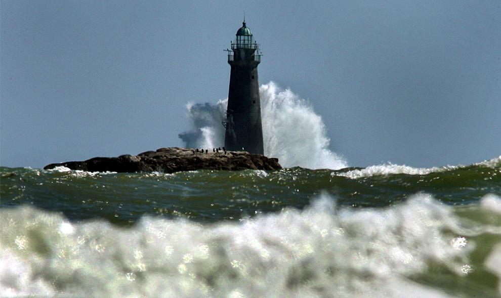 34. Сильные волны бьются о маяк Минотс Ледж на берегу Кохассета, штат Массачусетс. (John Tlumacki/Boston Globe staff)