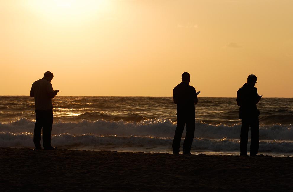 35. Верующие евреи читают молитву на пляже в южном израильском городе Ашдод во время празднования фестиваля еврейского Нового года Рош Хашана 20 сентября 2009 года. Во время молитвы евреи заходят в текущие воды, чтобы «смыть свои грехи». (DAVID BUIMOVITCH/AFP/Getty Images)