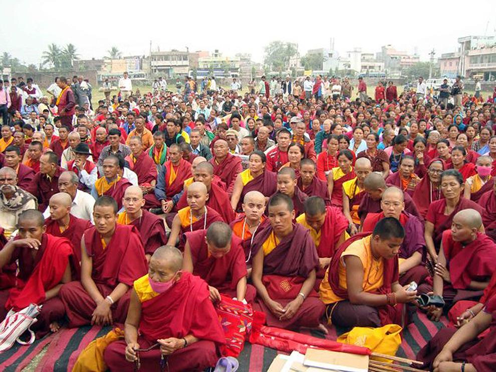 8) Pada malam menjelang festival Gadhimai Mel wakil-wakil komunitas umat Buddha dan Vaishnavas, Krishnapranami dan Om Shanti, menggelar demonstrasi di Kalyan, Kabupaten Bar, mendesak peziarah daripada membunuh hewan untuk menawarkan buah dan sayuran dewa.  Nepal, 12 November 2009