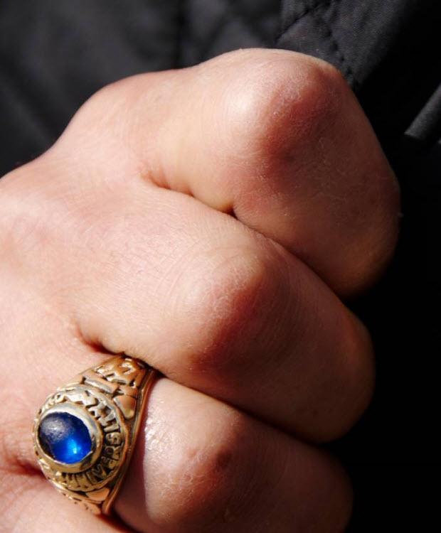 3. Сторонник Британской Националистической партии в день святого Гергия во время инсценировки убийства дракона святым Георгием на общественном митинге в поддержку кандидата на пост мэра Ричарда Барнбрука 23 апреля 2008 года. (David Hoffman)