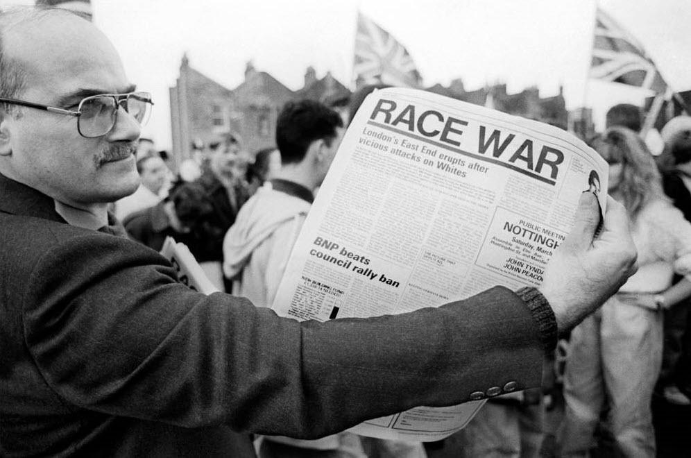 7. Представитель Британской Националистической партии, который когда-то входил в партийный совет, Дерек Бикон держит расистскую газету на митинге в Бетнал Грин. (David Hoffman)