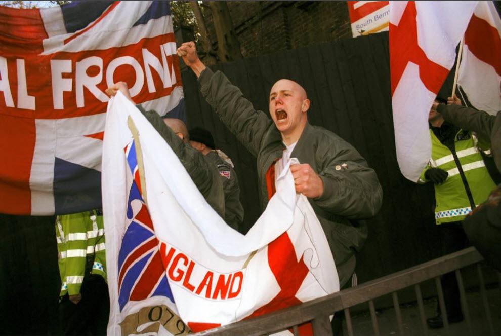 8. Марш «Национального фронта», который прошел по району Бермондси в Южном Лондоне под лозунгом «Сохраним Бермондси белым» и совпал с митингом «Нет расизму в футболе» во время местного матча в Миллуолле. (David Hoffman)