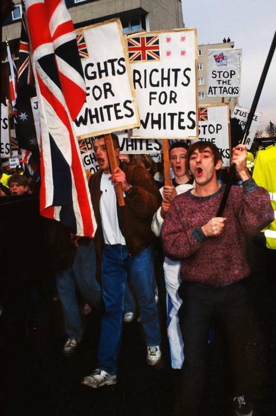 12. Британская Националистическая партия марширует по Бетнал Грин в Лондоне. Около двух тысяч выкрикивающих слоганы расистов под предводительством Джона Тиндаля собрались в этом районе, где преобладает азиатское население, чтобы разжечь конфликт. (David Hoffman)