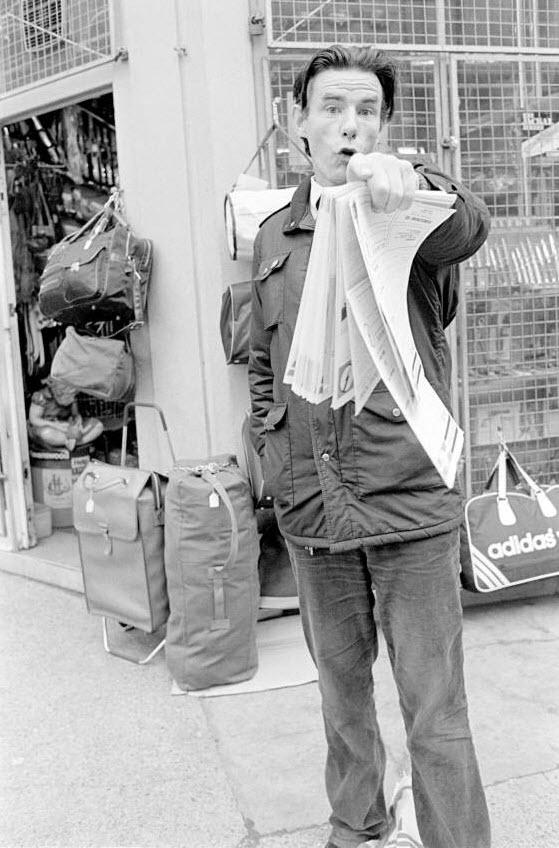 13. Члены Британской Националистической партии и C18 собрались на Брик Лэйн у магазина «Spitalfields» для продажи своих расистских газет. В этом районе живет много выходцев из Бенгали, и подобные группы специально приходят в эти районы, чтобы распространить свои расистские взгляды и создать конфликт. (David Hoffman)