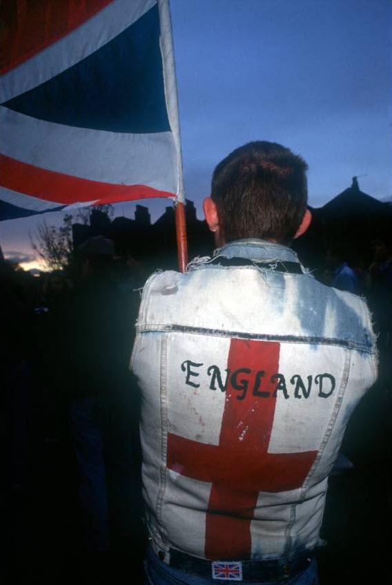 14. Сторонник Британской Националистической партии на анти-азиатском митинге в Бентал Грин, Лондон. (David Hoffman)