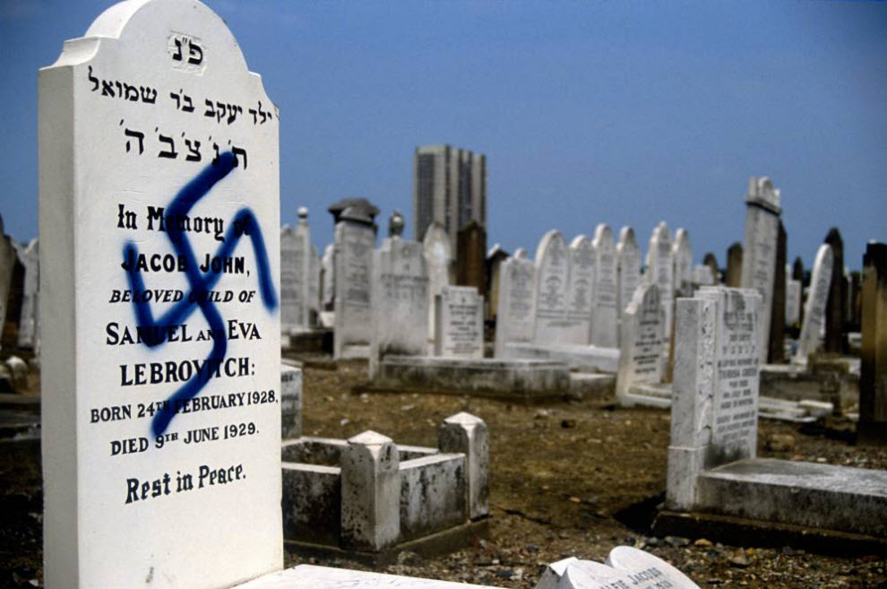 15. Еврейское кладбище в Эдмонтоне, Северный Лондон, подверглось нападению вандалов. На десятках могил и надгробий были нарисованы свастики. Некоторые надгробия были опрокинуты или разбиты. (David Hoffman)