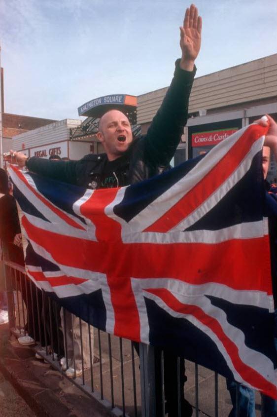 18. Сторонники «Национального фронта» на марше против иммиграции в Маргейте, графство Кент, 8 апреля 2000 года. (David Hoffman)