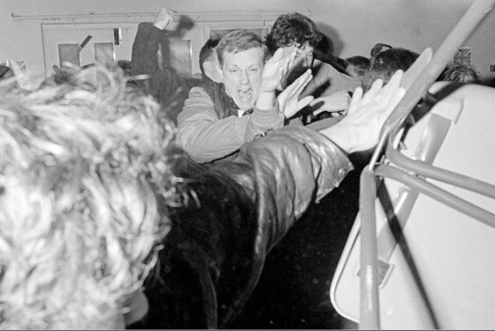 19. Сторонник «Национального фронта» на собрании избирателей набрасывается на фотографов в Гринвиче, Лондон. (David Hoffman)
