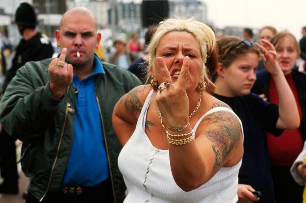 20. Сторонники «Национального фронта» на набережной Маргейт ждут начала анти-иммиграционного марша в Кенте 3 июня 2000 года. (David Hoffman)