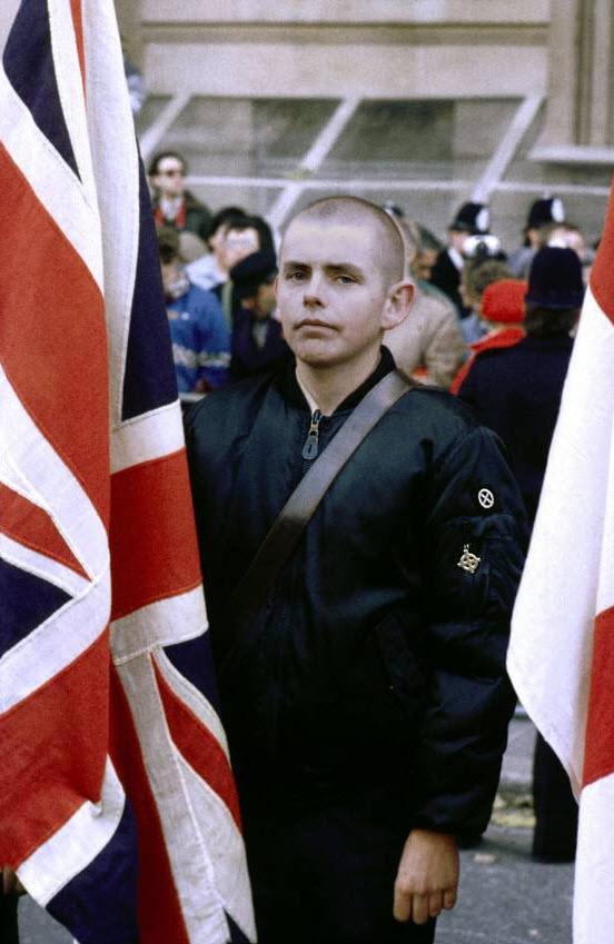 21. Член «Национального фронта» у Памятника неизвестному солдату в День памяти павших. (David Hoffman)