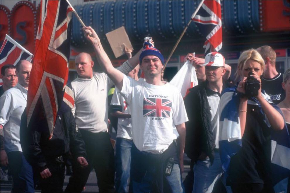 26. Сторонники «Национального фронта» на марше против иммиграции в Маргейте, графство Кент, 3 июня 2000 года. (David Hoffman)