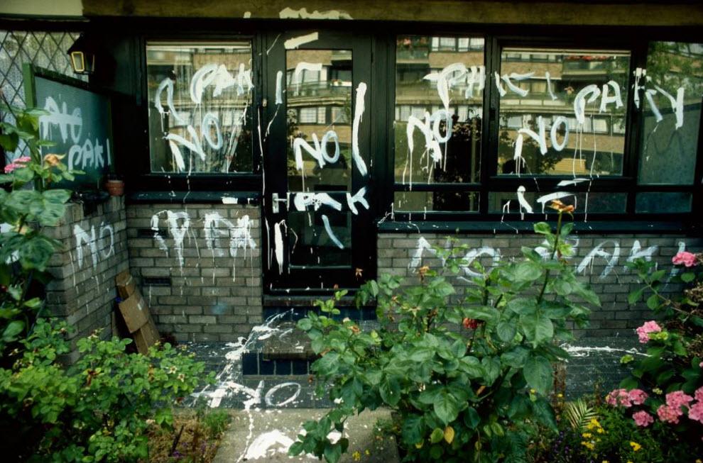 32. Дом семьи из Бенгали расписан граффити «нет пакистанцам», чтобы показать, что его жителям не рады в «белом» доме на Кларк Стрит в Тауэр Хэмлетс. К двери дома также прибили свиные ножки. (David Hoffman)