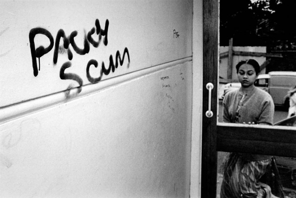 33. Девушка возвращается домой, в холле которого стены разрисованы расистскими граффити. Снимок сделан в Электрик Хаус, в лондонском районе Тауэр Хэмлетс. (David Hoffman)