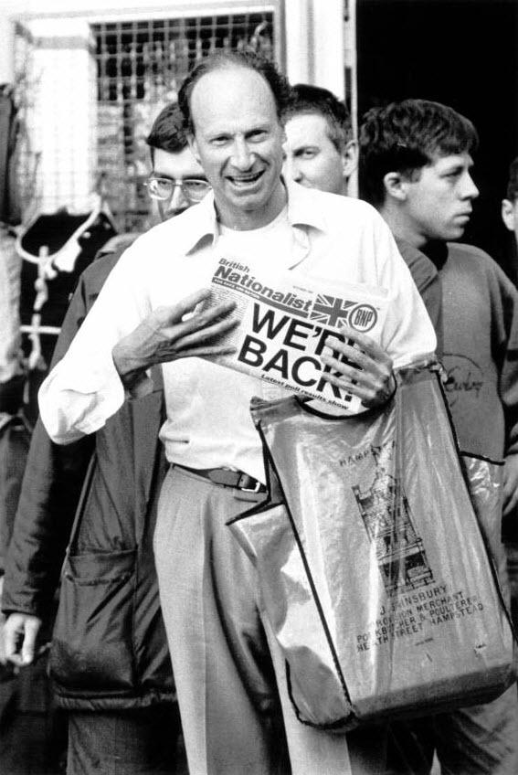 34. Организатор Британской Националистической партии Ричард Эдмондс с другими членами партии перед нападением на пикет антифа на Брик Лэйн, Восточный Лондон. (David Hoffman)