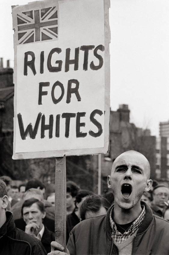 35. Митинг Британской Националистической партии в Бентал Грин, Лондон. Около двух тысяч расистов собрались под предводительством Джона Тиндаля в азиатском районе, чтобы спровоцировать конфликт на расистской почве. (David Hoffman)