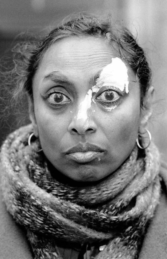 5. Миссис Пи Джей подверглась нападкам расистов, которые бросили в нее белой краской, когда она выходила из дома. (David Hoffman)