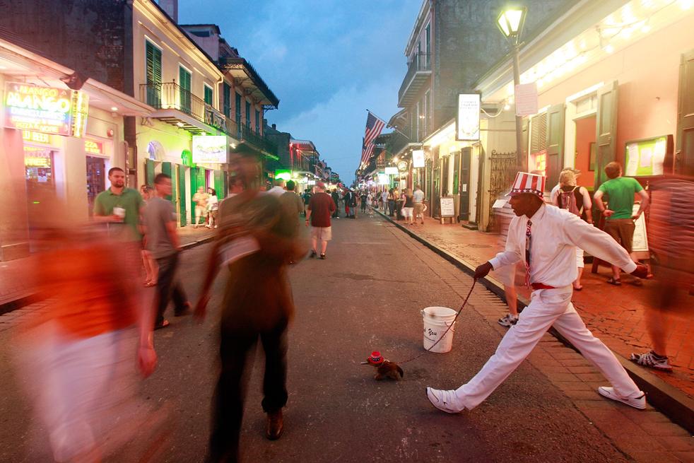 2. Уличный артист во французском квартале в Новом Орлеане. (Getty Images / Mario Tama)