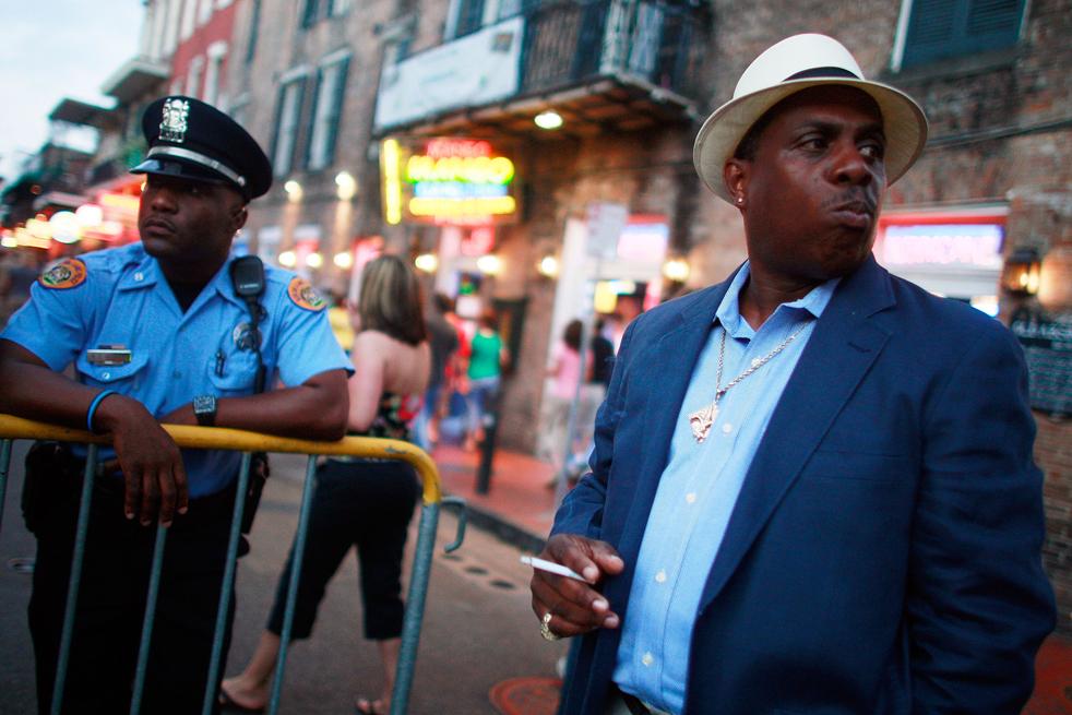 4. Марк Лоус (справа) смотрит на улицу Бурбон во французском квартале в Новом Орлеане. (Getty Images / Mario Tama)
