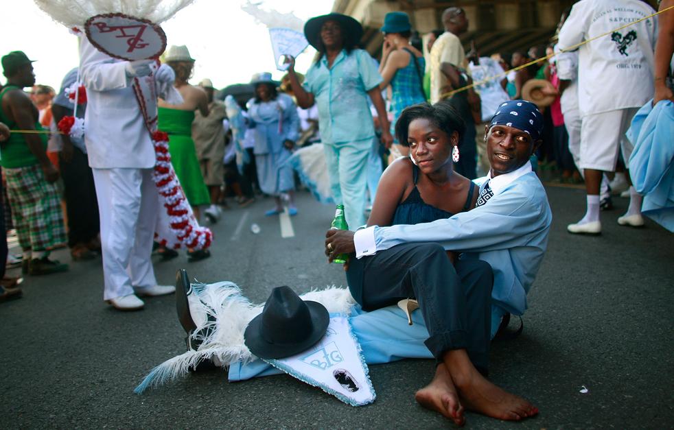 5. Члены организации «Original Big 7 Social and Pleasure Club» проводят традиционный парад «второй линии» на улице Seventh Ward в Новом Орлеане. Эта традиция возникла, когда афро-американцы начали организовывать парады с оркестрами, устраивая «похороны в стиле джаз» для своих товарищей. (Getty Images / Mario Tama)