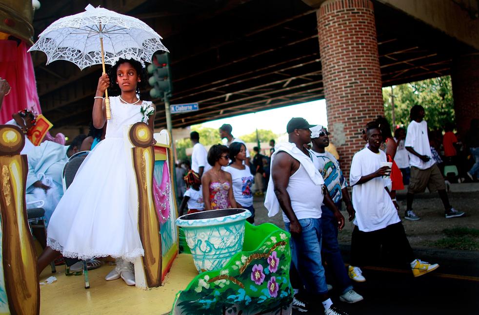6. Члены организации «Original Big 7 Social and Pleasure Club» проводят традиционный парад «второй линии» на улице Seventh Ward в Новом Орлеане. (Getty Images / Mario Tama)