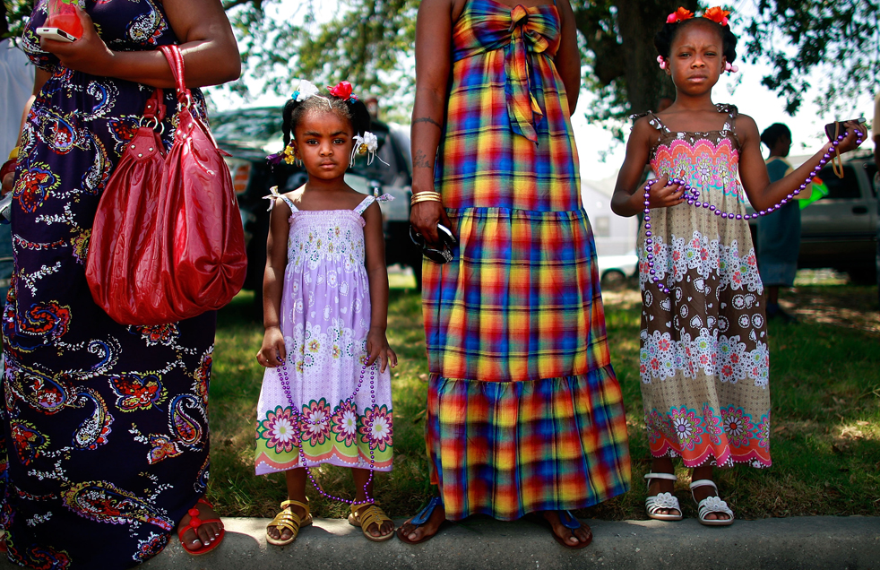 7. Кала Харрис (справа) и Аниша Харрис смотрят парад на улице Seventh Ward в Новом Орлеане. (Getty Images / Mario Tama)
