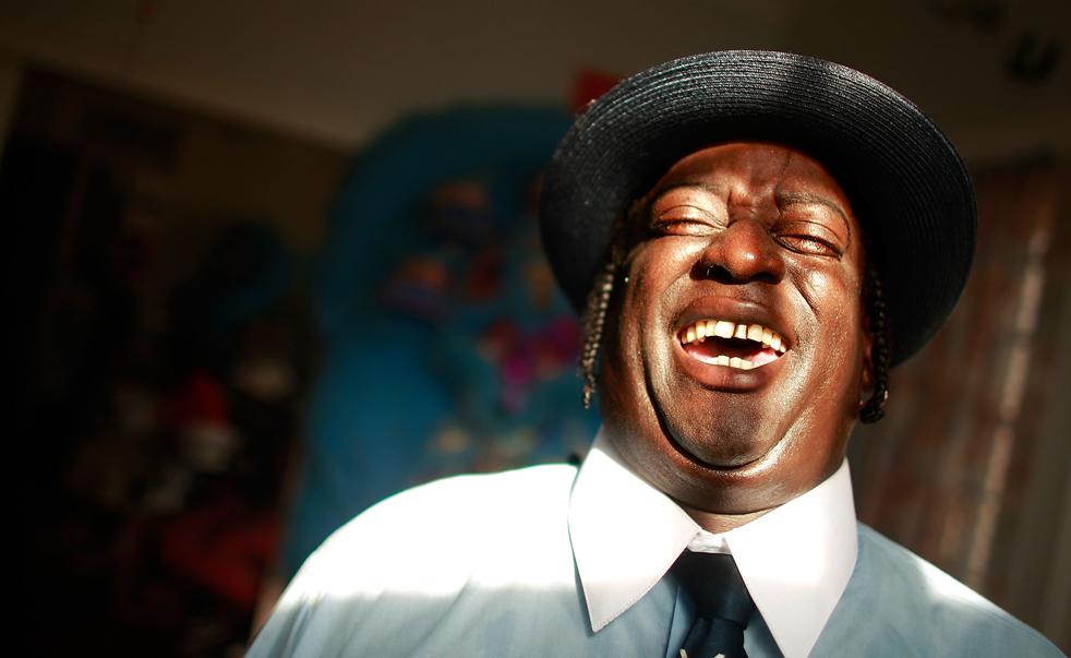 8. Эдвард Бакнер смеется после традиционного парада «второй линии» в Новом Орлеане. (Getty Images / Mario Tama)