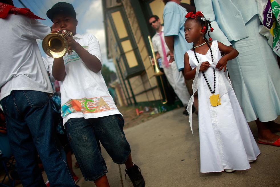 10. Зрители смотрят на парад «второй линии» в Новом Орлеане. (Getty Images / Mario Tama)