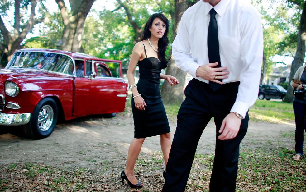 15. Марк Валудос и его невеста Джулисса Теллез отходят от автомобиля Chevrolet. Они только что сфотографировались для будущего семейного альбома. (Getty Images / Mario Tama)