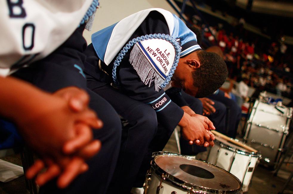 18. Члены оркестра молятся во время актового дня для выпускников Южного Университета в Новом Орлеане . (Getty Images / Mario Tama)