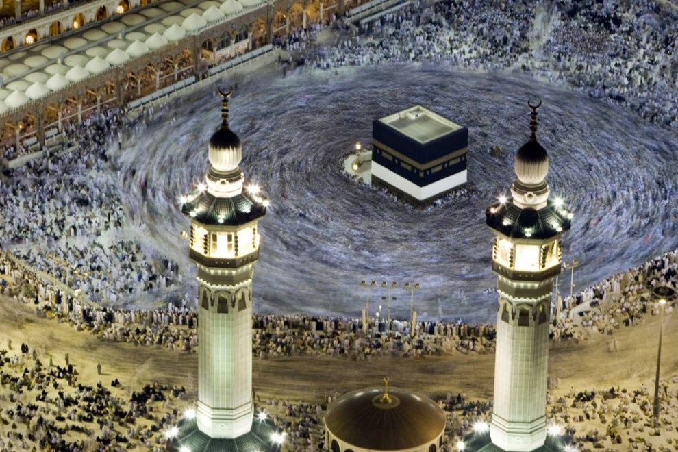 9) Мусульманские паломники после утренней молитвы идут вокруг Каабы в Запретной Мечети, расположенной в священном городе Мекка в Саудовской Аравии. (Caren Firouz/Reuters)