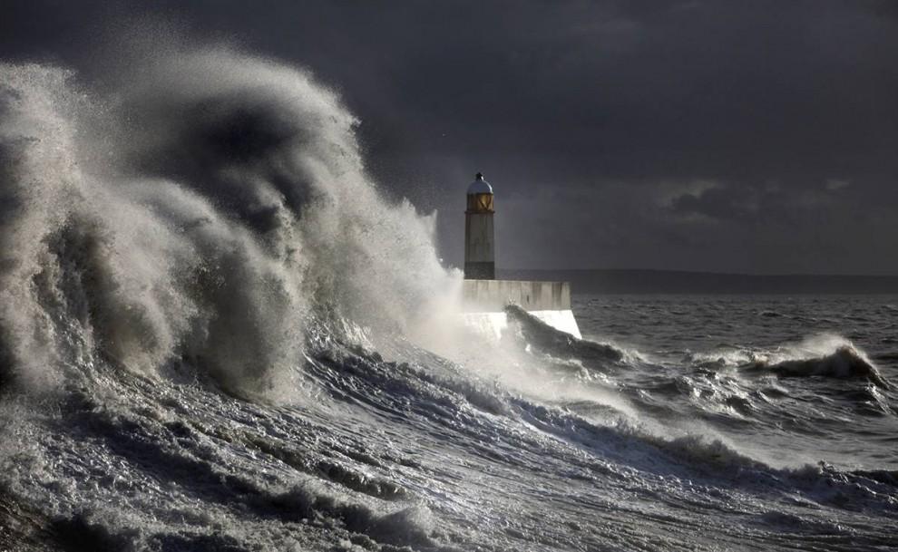 7) Огромные волны разбиваются о причальную стенку в Porthcawl, Уэльс. (Matt Cardy/Getty Images)