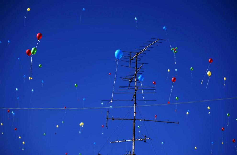 4) Эти воздушные шары с посланиями запустили палестинские дети во время мероприятия, организованного ЮНИСЕФ в честь празднования 20-й годовщины принятия Конвенции о правах ребенка, в городе Рамалла на Западном берегу. (Muhammed Muheisen/AP)