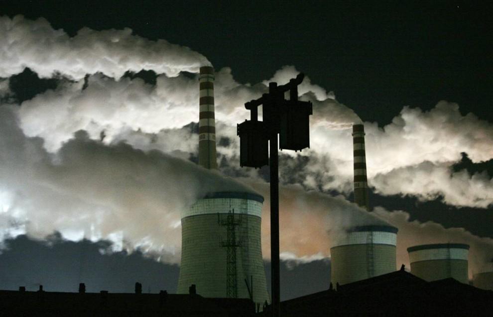 3)  Угольные электростанции выбрасывают дым в ночном небе на окраине Датун в провинции Шаньси в Китае. (Jason Lee/Reuters)