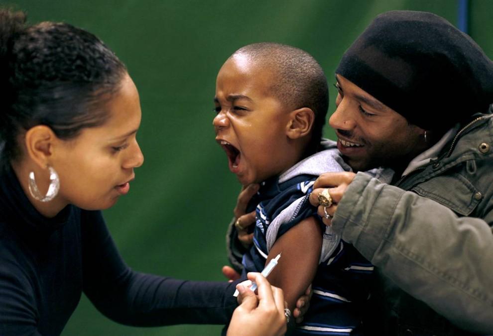 2) Ребенку вводят вакцину против вируса свиного гриппа в городе Schiedam, Нидерланды. (Jerry Lampen/Reuters)