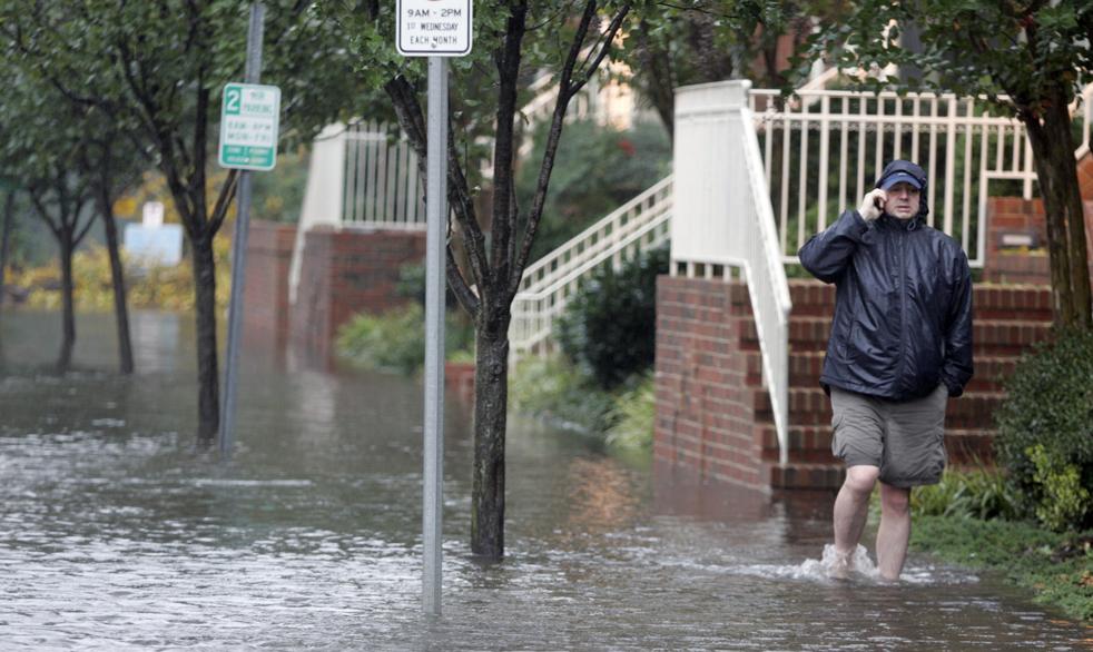 2. Житель Норфолка, штат Вирджиния, на затопленной улице 13 ноября. На этот регион обрушился уже затихающий тропический ураган Ида. (AP / Steve Helber)