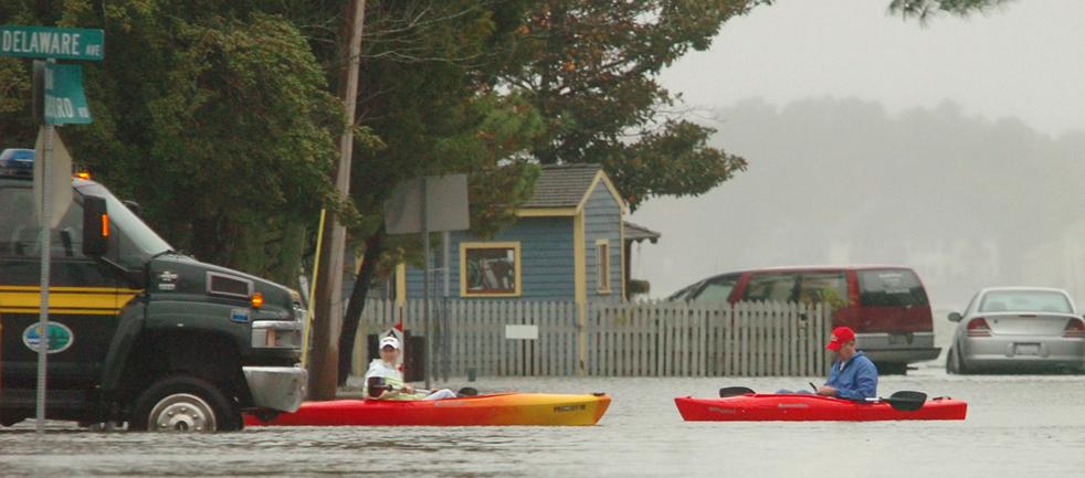 4. Двое жителей городка Оак Орчард, штат Делавэр, плывут по затопленным улицам 13 ноября. (News Journal / Gary Emeigh)