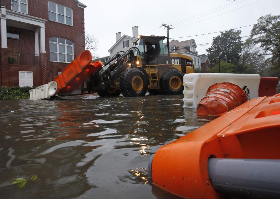 5. Рабочие разбирают завалы на затопленных улицах в Норфолке, штат Вирджиния, 13 ноября. Через город прошел ураган Ида. (AP / Steve Helber)
