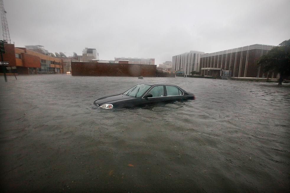 14. Автомобиль на затопленной улице в Норфолке, штат Вирджиния, 12 ноября. (The Virginian-Pilot / Hyunsoo Leo Kim)
