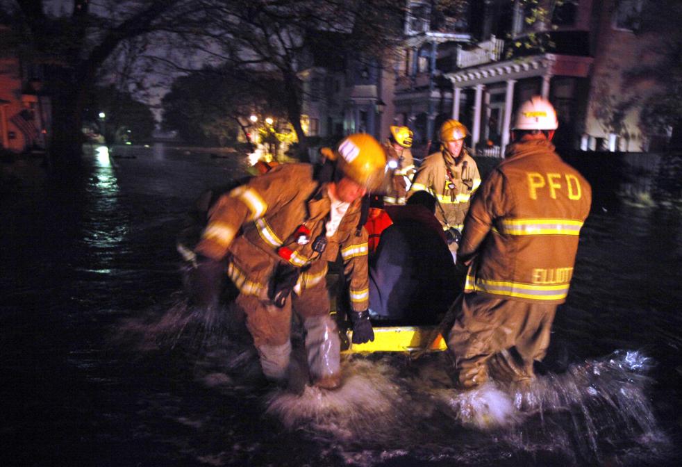 16. Пожарные Портсмута эвакуируют жителей на лодках из затопленных районов 12 ноября. В этом районе прошел ураган Ида. (AP / Steve Helber)