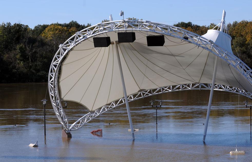 17. Навес амфитеатра виднеется над водой в Монтгомери, штат Алабама, 12 ноября. (Montgomery Advertiser / Amanda Sowards)