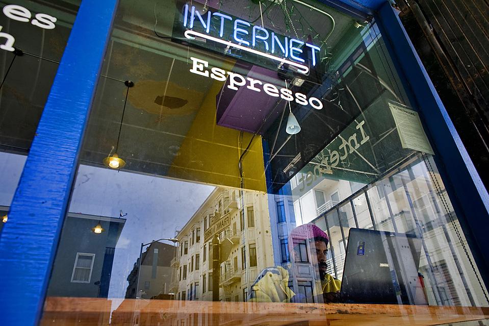 1. Чарльз Питт работает в интернете в кафе «H2O» на Полк Стрит в Сан-Франциско. 37-летний Питт говорит, что живет на улице уже два года. (Brian L. Frank for The Wall Street Journal)