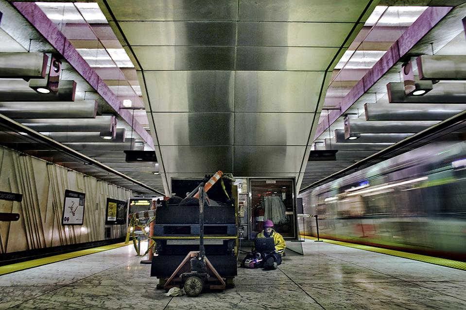 2. Мистер Питт сидит в интернете под эскалатором на ж/д станции Муни в Сан-Франциско. Мистер Питт знает несколько «тайных мест», где он может подключить ноутбук к сети и получить бесплатный сигнал. (Brian L. Frank for The Wall Street Journal)