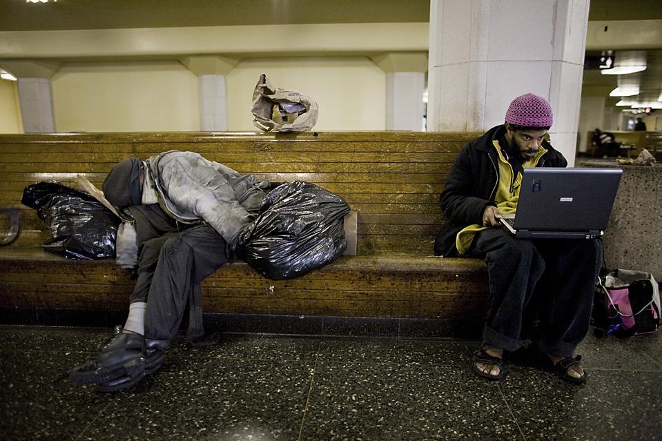 3. Мистер Питт сидит в интернете на станции Трансбэй. У него есть профили на таких сайтах, как Facebook, MySpace и Twitter. На сервисе Yahoo у него свой форум, он читает новости он-лайн и общается с друзьями по электронной почте. (Brian L. Frank for The Wall Street Journal)