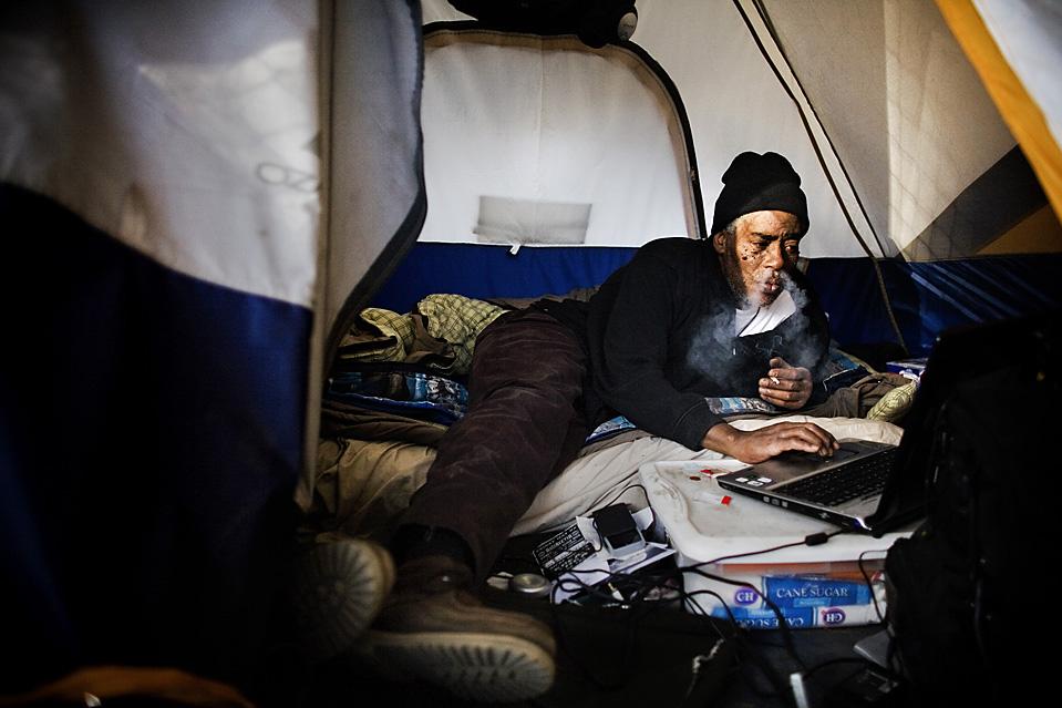 Картинка бомж с ноутбуком