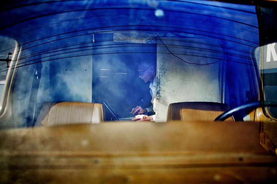 9. 64-летний Скип Шрайбер выходит в интернет из своего фургона, в котором он живет в округе Бэйвью, Сан-Франциско. На свое 60-летие он влез в долги, чтобы купить ноутбук. Он подключил его к автомобильному аккумулятору и сам научился пользоваться им. (Brian L. Frank for The Wall Street Journal)